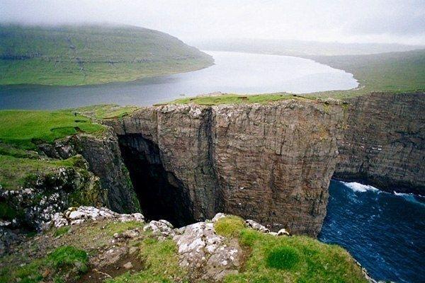 """Самым известным из """"висячих"""" является озеро Сорвагсватн (ориг. Sørvágsvatn), которое располагается на Фарерских островах. Необычное озеро находится на острове Вагар. Данный остров является самым внушительным по размерам на всем Фарерским архипелаге. Что же касается водоема, то он расположен у самого океана на отдельной платформе высотою в несколько десятков метров. Значительный перепад высот в данной местности, создает впечатление того, что водоем буквально повис над морем."""