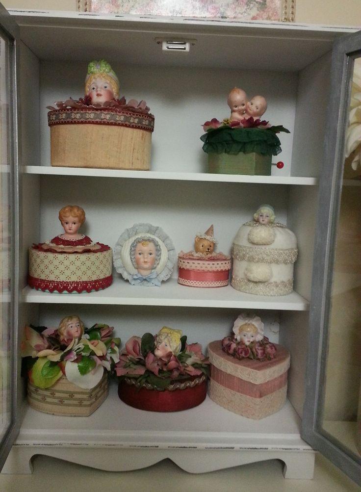 Colección de cajas con cabezas de muñecas de porcelana realizadas por alumna del Taller TM.