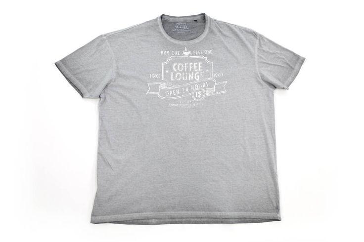 Szary t-shirt Calamar z nadrukiem z przodu. Dostępna rozmiarówka: 3XL, 4XL, 5XL,6XL, 7XL, 8XL. Skład: 100% bawełna.