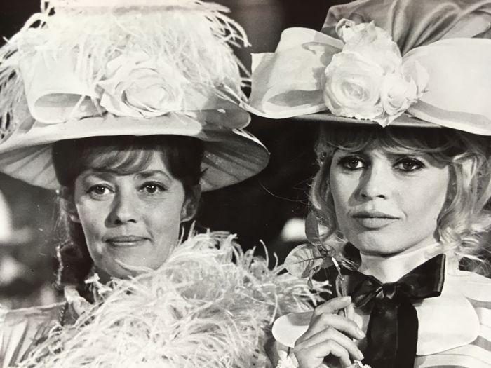 AFP Agence Dalmas - Brigitte Bardot - 'Viva Maria!' - 1965  Afmeting - 24 cm x 175 cm 12 cm x 9 cm 175 x 125 cmDe zegel van de pers op de rug goede conditie.-Viva Maria! een Franse film geregisseerd door Louis Malle met Brigitte Bardot en Jeanne Moreau is uitgebracht in 1965. De film was een enorm succes op het bespreekbureau in Frankrijk met 3 450 559 kaartjes verkocht.Louis Malle vertelde over het filmen van een film op een tv-show. Voor de strijd tegen het einde van de film had vele…