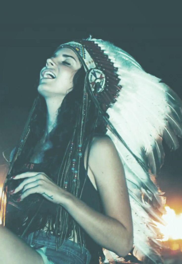 lana del rey | feather headdress | native american culture | music icon | www.republicofyou.com.au