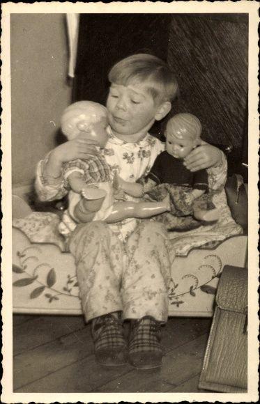 Foto Ansichtskarte / Postkarte Kind mit zwei Schildkröt Puppen