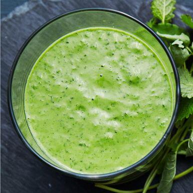 Skaka loss med en grön drink baserad på grönkål, äpple, avokado och färskpressad lime. Mixa grönkålsshaken tillsammans med tjock grekisk eller turkisk yoghurt, så blir den härligt krämig och extra näringsrik. Perfekt att starta dagen med, eller till mellanmål.