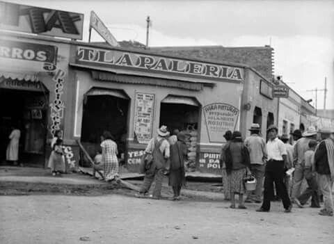 Una escena cotidiana en las afueras de una tlapalería ubicada en Manuel José Othón y la Calzada del Niño Perdido, hoy el Eje Central, alrededor de 1935. El inmueble de la esquina aún existe, con un piso agregado, y en él se alcanza a ver un anuncio del cercano cine Titán.