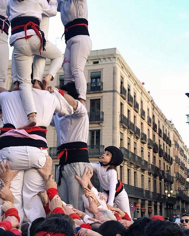 Amazing human towers today in #barcelona  Després de 14 anys dabsència els @castellersdesarria hem tornat a participar de la diada castellera de #SantaEulàlia18 a la Plaça Sant Jaume. He estat un matí intens amb nervis molta emoció i pell de gallina; la petita de la casa ha fet dacotxadora a li3d6a i al 3d6a  i a mi mha caigut la llagrimeta. És un orgull formar part daquesta gran Colla sou collonuts! Seguirem amb força ! Pict by @ivoribarcelona