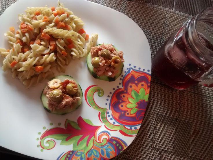 Pasta Tornillo y pepinos con atún y aceitunas.