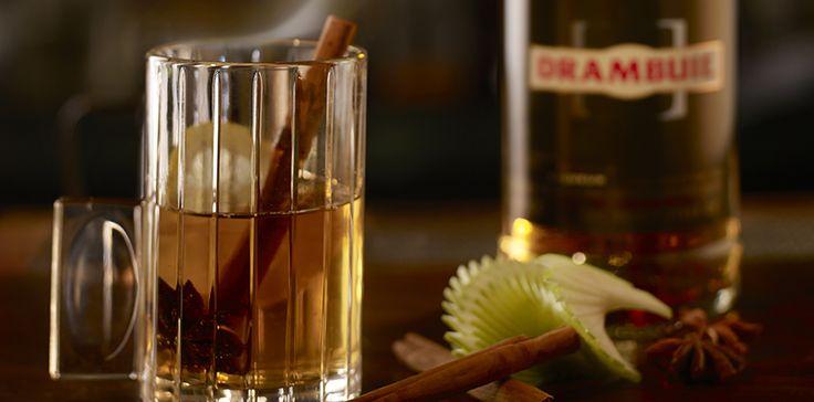 Dé ultieme wintercocktail: Drambuie's Hot Toddy. Da's een mix van whisky, warme appelsap en specerijen. Ook lekker met warme melk! Drambuie, een likeur op basis van Schotse whisky, bevat ook heidehoning, kruiden en specerijen. Perfect voor deze gure herfst, dus. Zo maak je zelf een Hot Toddy: 40 ml Drambuie, 60 ml verwarmde appelsap, een kaneelstokje, 2 kruidnagels, een schijfje limoen en wat sinaasappelzest ter garnering.