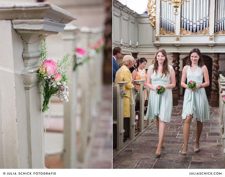 Einzug der Brautjungfern in mintgrünen Kleidern und Bankdekoration bei kirchlicher Hochzeit in der Schlosskapelle von Schloss Glücksburg