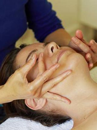 Well chisel my cheekbones! Celebrity facialist Su-Man proves facial massage is a natural alternative to botox.