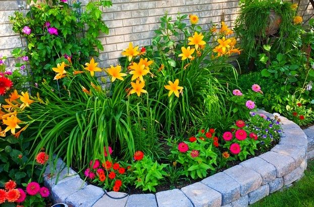 Easy front yard flower beds small front yard landscape for Small colourful garden ideas