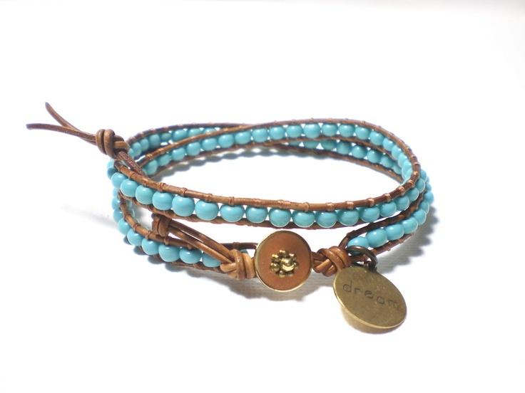 Hippe leren armband van soepel natuurlijk leer met daartussen een rij kralen in de kleur turquoise. De armband wordt 2x om de pols gewikkeld en sluit