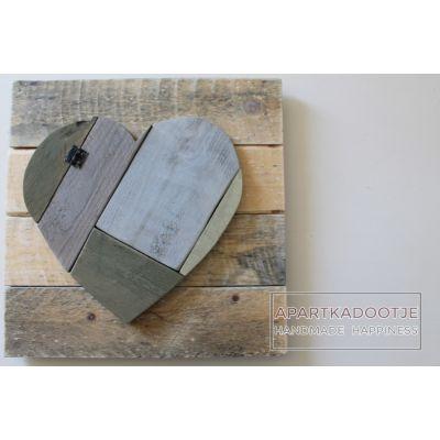 andelijk sfeervol en stoer. Allemaal woorden die van toepassing zijn op dit houten paneel. Het robuuste hart is geschildert in natuurlijke tinten grijs, taupe en groen. Dit maakt dit mooie wandbord een echte eyecatcher in je interieur. wandbord robuust hart green