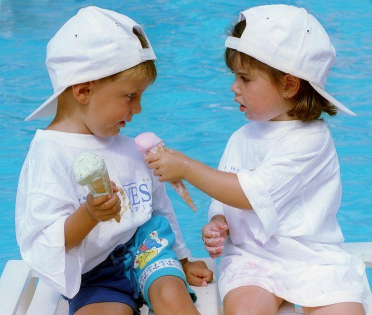 Los niños disfrutando en nuestros Apartamentos Turquesa Playa. Un lugar idóneo para ellos son las piscinas y el gran parque infantil.