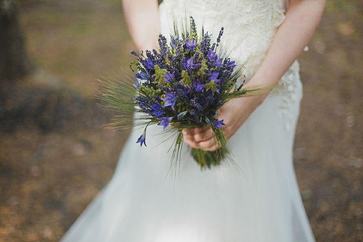 Букет невесты из колокольчиков и лаванды в стиле Прованс