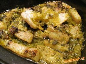 Ryba na cesnakovo-bylinkovom masle filety z bielej ryby, 100 g masla,sol,korenie,4 stručky cesnaku,1/4 šalky petrž.vnate,1/2 ČL červ.papriky,štava z 1/2 citrona Filety si nakrajame na menšie kusky ,ale môžete ich piect aj vcelku Do mixéra dáme cesnak, vnat, maslo, papriku a štavu z citrona alebo limetky. Môžete pridat aj ine bylinky. Bylinkové maslo navrstvíme na rybu, piect 180° 30 min.Maslo sa musí vypražit a vytvorí úžasnú omáčku. Podávame  horúce s chlebom,ktorý si namáčame do omáčky
