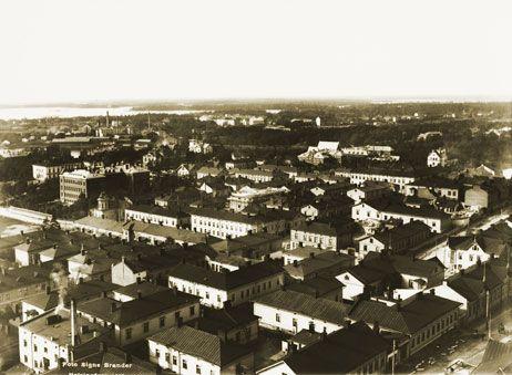 Panoraama Kallion kirkon tornista länteen. Vasemmalla häämöttää Töölön sokeritehtaan piiput ja keskellä Diakonissalaitos. Signe Brander 1912.