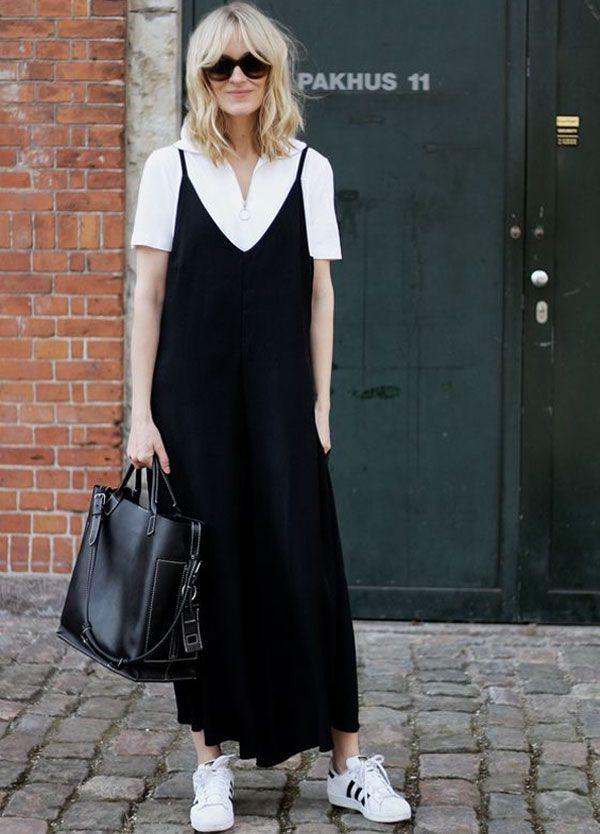 Já pensou em fazer sobreposição de camiseta sobre vestido? Como nesse look de t-shirt branca com vestido preto e, nos pés, sneakers adidas originals.