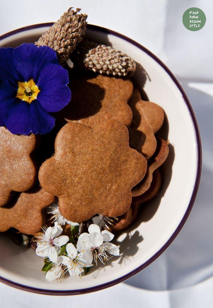 Vegan carob-lavender cookies / biscuits. Gluten-free, refined sugar-free /   Wegańskie kruche ciasteczka karobowe z lawendą. Bez glutenu i cukru rafinowanego