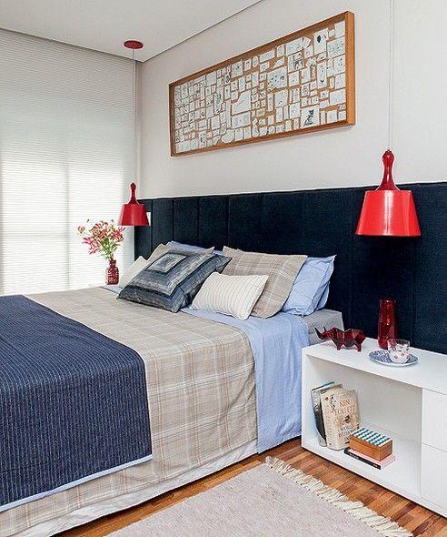 """Para um executivo dinamarquês que vive sozinho no Brasil, as arquitetas Andrea Lucchesi e Carolina Razuk escolheram uma cartela de cores bem masculina, em contraste com o tom vibrante do vermelho. Na área íntima, o conforto foi um quesito fundamental. """"Em"""