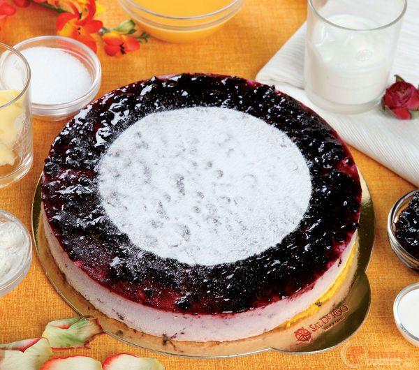 Torta soffice allo yogurt con gelo di mirtilli neri