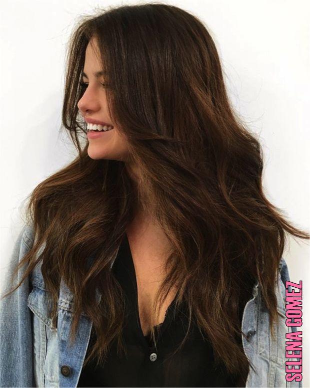 Inspiração capilar das famosas neo morenoiras! Selena Gomez aderiu ao look iluminado para a sua nova turnê.