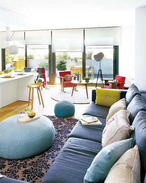 La actualización de este ático barcelonés ha dotado a los espacios de un elegante estilo cosmopolita y de vanguardia, perfecto para una pareja joven.