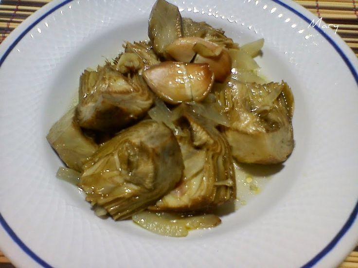 La imagen se ha obtenido de: cocinayrecetas.hola.com   Necesitamos     1500 gramos de alcachofas.   2 dientes de ajos.   50 gramos de ace...