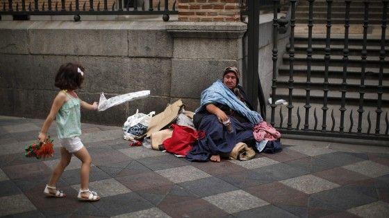 Il governo di Oslo contro i mendicanti: fanno aumentare scippi e borseggi. Due terzi dei cittadini con l'esecutivo. L'opposizione: la legge sarebbe un brutto