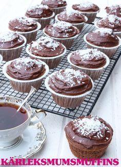Saftiga chokladmuffins med ett ljuvligt täcke av chokladglasyr och kokos.
