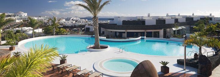 Les vacances à Playa Blanca sont synonymes de tranquillité et de détente à l'hôtel IBEROSTAR Bocayna Village. Ce complexe 4 étoiles se trouve au sud de Lanzarote et il a été entièrement rénové en 2008. Il est doté de 48 bungalows, dont 14 sont des bungalows de luxe, orientés vers la mer et à quelques mètres de la plage.