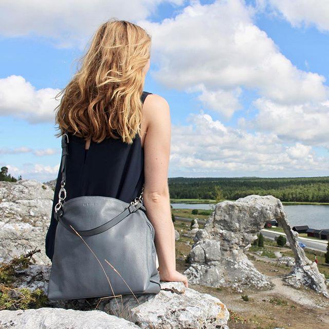 Summer throwback⛰ www.bydansti.com✨ #bydansti #bags #bag #vesker #veske #nettbutikk #onlinestore #leather #skinn #purse #handbag #gotland #view #rocks #girl #blonde #grey #satchel #travel #scandinavia #scandinaviandesign #throwback #goals