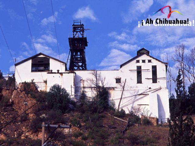 """TURISMO EN CHIHUAHUA. En los últimos años del siglo XIX Hidalgo del Parral en Chihuahua, vivió un auge minero propiciado por la renovación de los procesos de extracción de plata en la antigua mina de """"La Prieta"""", en 1926 fue el año con mayor producción de minerales con mil quinientas toneladas extraídas al día. En 1974 cerró sus puertas y hoy puede ser visitada al bajar 87 metros aproximadamente sobre el tiro La Aguileña. Le invitamos a conocer esta imponente mina en Chihuahua…"""