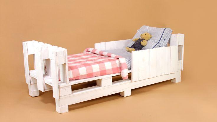 om várias paletes recicladas vamos montar uma cama.