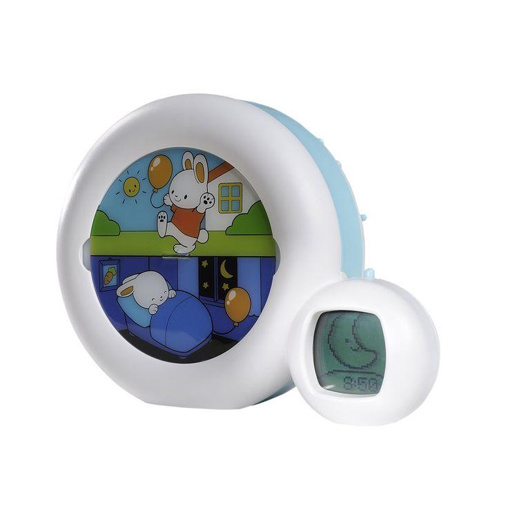 Double fonctionnalité : veilleuse et réveil. Veilleuse avec 4 berceuses, 2 mélodies, son intra-utérin et fontaine pour aider les enfants à s'endormir. Indicateur de réveil et réveil : dès 30 mois vous pouvez l'utiliser comme réveil visuel : programmez l'heure souhaitée et expliquez à l'enfant que lorsque le personnage dort et que la lune est affichée, c'est trop tôt pour se lever. A l'heure programmée le personnage passe en position réveillé et le soleil se lève, l'enfant sait alors qu'il…
