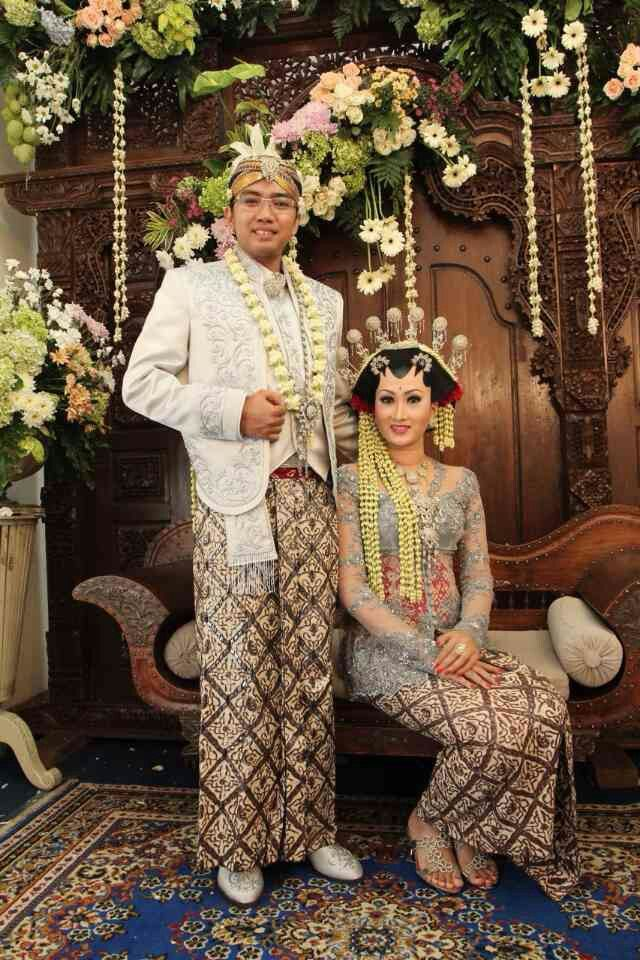 Javanese 'solo putri' groom and bride