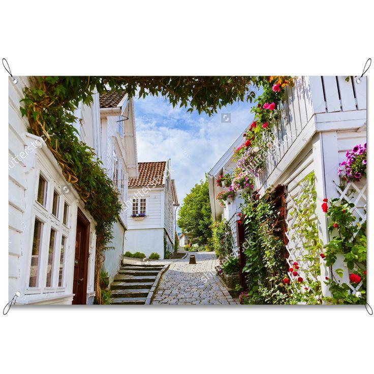 Tuinposter Witte huisjes in Noorwegen   Maak je tuin nog mooier met een weerbestendige tuinposter van YouPri. Bewezen kleurbehoud! #tuinposter #tuindoek #tuin #poster #weerbestendig #kleurbehoud #frontlit #goedkoop #voordelig #spanners #ogen #noorwegen #dorp #dorpje #stad #stadje #wit #bloemen #planten #weg