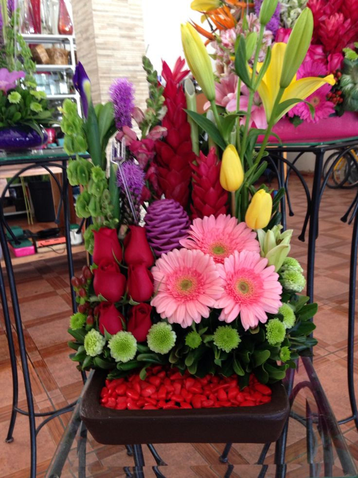 Arreglo con tulipán, rosa, gerbera, hawaiana, lirios, maraca.