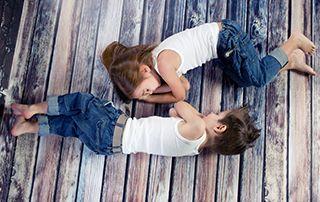 Çocuklara Sebze Yemeklerini Sevdirmenin Yolları  Çocukların günü sağlıklı bitirebilmeleri için öğlen uykusuna mutlaka ihtiyaçları vardır. Çocuk, öğlen uykusunu yeterli kadar almazsa hem gelişimi kötü yönde etkilenir hem de gittikçe konsantre yeteneğini ve ilgisini kaybeder. Uykusu gelince ağlayan bir çocukla, uyumamak için ortalığı birbirine katan çocuğu karşılaştırmamız gerekirse, uykusu gelince ağlayan çocuğun çok daha sağlıklı bir gelişim sürecinde olduğunu söyleyebiliriz.