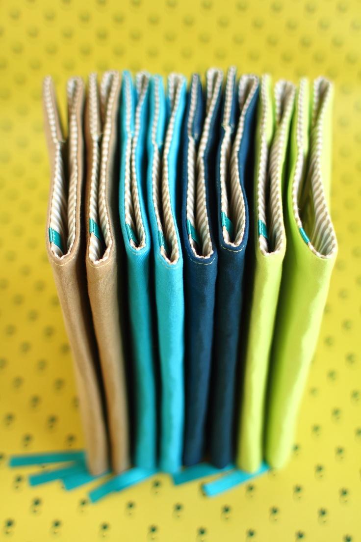 """Obal na knihu """"Páni kluci"""" - tmavě modrý Speciální edice obalů na knihy pro pány. Zůstává zachováno vše, co se objevilo u předchozích kousků: vyztužení, které chrání knihu, volná levá strana, díky které se obal přizpůsobí knihám různých rozměrů, i praktická tyrkysová záložka. Nová je umírněnější barevnost - vnější vrstva je jednobarevná bavlna, ..."""