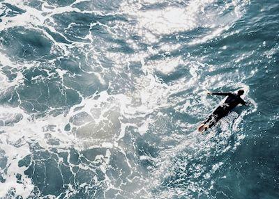 Karl Johansson - Morgonpendlare, blue ocean, waves, birds-eye view, surfer, photographer