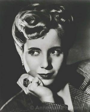 conhecida como Evita, (província de Buenos Aires, 7 de Maio de 1919 — Buenos Aires, 26 de Julho de 1952) foi uma atriz e líder política argentina. Tornou-se primeira-dama da Argentina quando o general Juan Domingo Perón foi eleito presidente.1
