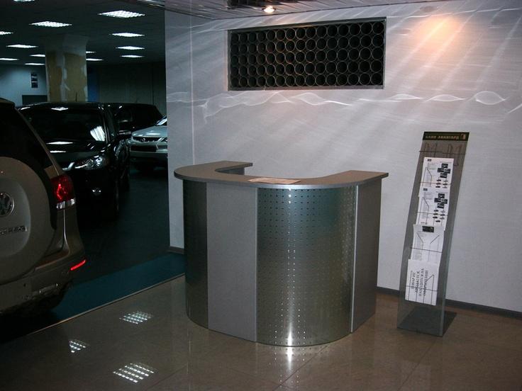 П-образная стойка ресепшн для автосалона, изготовленная на заказ по эскизам клиента.