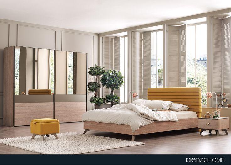 Altın rengi geometrik kulpları, geometrik formlu aynası ve sarı tonundaki başlığıyla uyumlu sandıklı pufları ile Luce Yatak Odası Enza Home'larda.