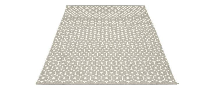 Alfombra Honey Large Broad Plastic Rug de Pappelina. #alfombra #pappelina #rugs #carpet #alfombrasPappelina