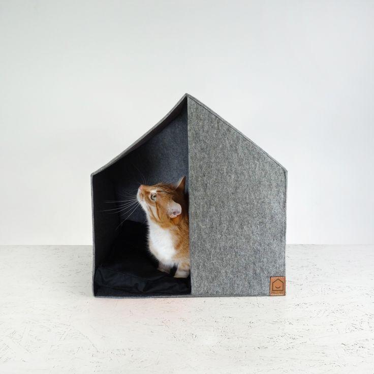 Domek dla kota lub małego psa w stylu skandynawskim wykonany z szarego filcu. Wewnątrz znajduje