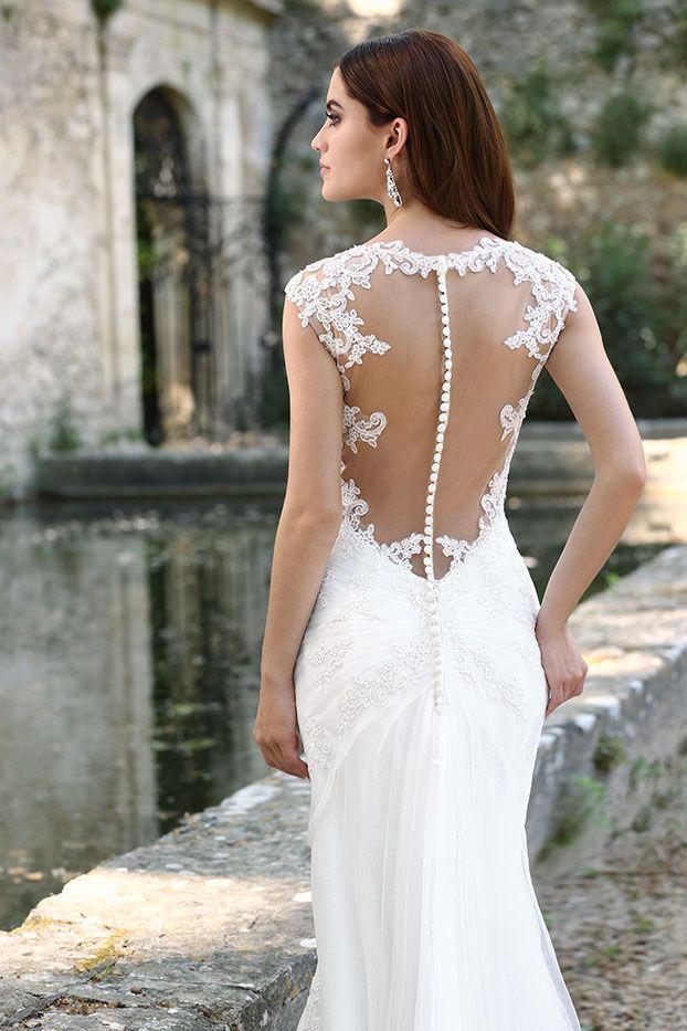 Emma Charlotte yare, collectie 2016 Contrastrijk is het juiste woord voor dezetrouwjurk. De slanke jurk heeft een mooie halslijn en een prachtige uitlopende rok. Het oog valt direct op het diep uitgesneden rugpand dat de blote rug bedekt met de doorzichtige tule en kant. De extra aangebrachte tule sleep verhoogt het gevoel van élégance.
