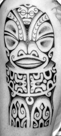 Tatoo de Totem Tiki God sur le Haut Bras d'un Homme avec Modèle et Dessin purement Polynésien Maori