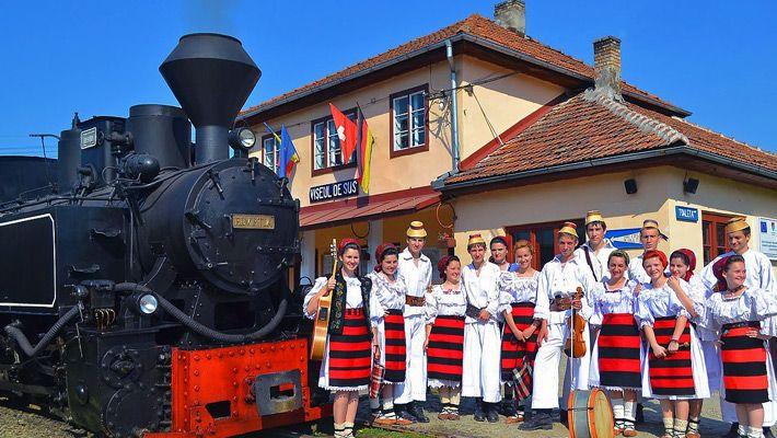 Mocanita O călătorie virtuală prin Maramureş - galerie foto. Vezi mai multe poze pe www.ghiduri-turistice.info Sursa : http://ro.wikipedia.org/wiki/Fișier:Mocanita_gara_cff_traditional.jpg