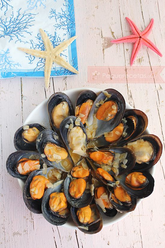 Receta paso a paso para preparar mejillones a la marinera. Los mejillones a la marinera son un plato de mariscos fácil de hacer. Descubre la receta.