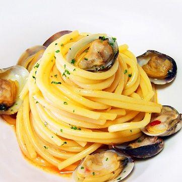 Oggi per pranzo prepariamo gli #spaghetti con #vongole #veraci e acqua di #pomodoro. Scoprite subito la ricetta su www.frescopesce.it/spaghetti-risottati-con-vongole-veraci-e-acqua-di-pomodoro